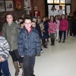 Niños entrando al Centro de Audiovisuales
